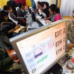 Puluhan wajib pajak mengantri menyerahkan Surat Pajak Tahunan (SPT) di hari terakhir penyerahan SPT di Kantor Pelayanan Pajak Pratama wilayah DJP Jawa Timur I, Surabaya, Selasa (31/3).