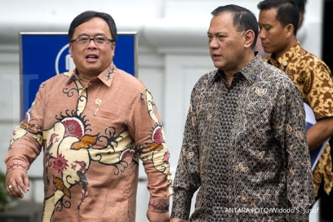 Gubernur Bank Indonesia Agus Martowardojo (kanan) berbincang dengan Menteri Keuangan Bambang Brodjonegoro (kiri) sambil berjalan usai mengikuti rapat kabinet terbatas di Kantor Kepresidenan, Jakarta, Kamis (28/1).